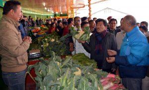 मुख्यमंत्री पवन चामलिंग सिक्किम की राजधानी गंगटोक में लाल बाज़ार में पहला आर्गेनिक मार्किट का शुभारंम्भ करते हुए |