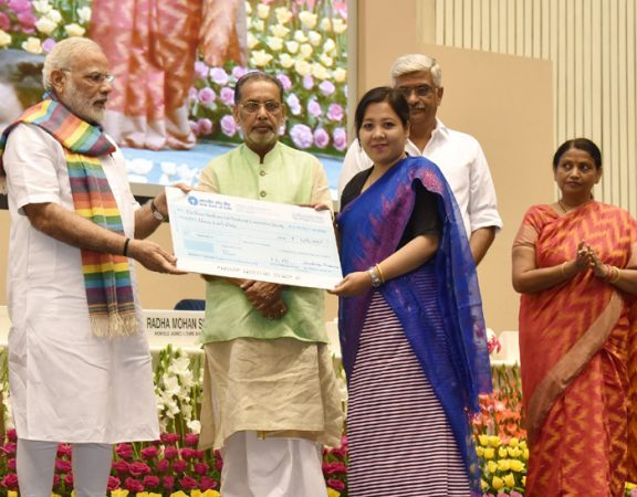 PM Modi distributing awards to cooperative societies. Union Agri Minisiter Radha Mohan Singh and MoS Krishna Raj and Gajendra Singh Shekhawat are also present.